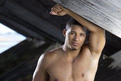 Il giovane bello posa all'aperto chested nudo Immagini Stock