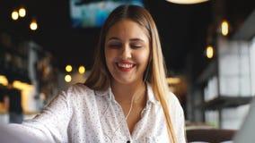 Il giovane braccio casuale della donna di affari sulla posa di resto dello scrittorio con il computer portatile e la musica d'asc stock footage