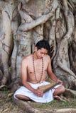 Il giovane brahmin legge lo scripture fotografia stock libera da diritti