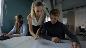 Il giovane capo femminile sta controllando il lavoro dei subalterni archivi video