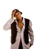 Il giovane cappello dell'uomo di colore indietro passa sulla testa fotografia stock libera da diritti