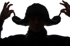Il giovane in cappello ed i guanti guardano avanti - siluetta orizzontale Fotografia Stock Libera da Diritti