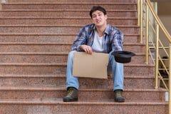 Il giovane che elemosina soldi sulla via Fotografia Stock