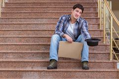 Il giovane che elemosina soldi sulla via Fotografie Stock