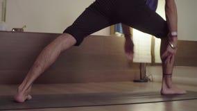 Il giovane che fa gli esercizi di yoga - esponga al sole il saluto archivi video