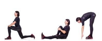 Il giovane che fa gli esercizi su bianco Immagine Stock