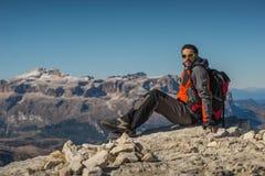 Il giovane che guarda la bellezza della natura nel Tirolo del sud, il lagazuio di rifugio, falzarego di passo, italien le dolomia Immagine Stock