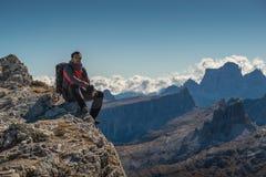 Il giovane che guarda la bellezza della natura nel Tirolo del sud, il lagazuio di rifugio, falzarego di passo, italien le dolomia Fotografia Stock Libera da Diritti