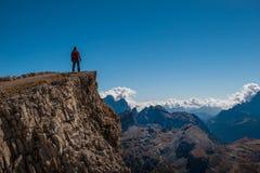 Il giovane che guarda la bellezza della natura nel Tirolo del sud, il lagazuio di rifugio, falzarego di passo, italien le dolomia Fotografia Stock