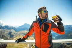 Il giovane che guarda la bellezza della natura nel Tirolo del sud, il lagazuio di rifugio, falzarego di passo, italien le dolomia Fotografie Stock