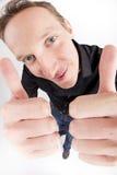 Il giovane che mostra i pollici aumenta il segno Fotografie Stock