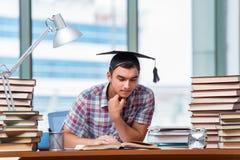 Il giovane che prepara per gli esami di graduazione in istituto universitario Fotografie Stock