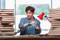 Il giovane che prepara per gli esami di graduazione in istituto universitario Fotografia Stock Libera da Diritti