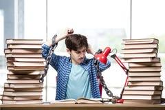 Il giovane che prepara per gli esami di graduazione in istituto universitario Fotografie Stock Libere da Diritti