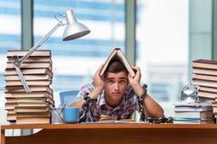 Il giovane che prepara per gli esami di graduazione in istituto universitario Immagine Stock