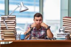 Il giovane che prepara per gli esami di graduazione in istituto universitario Fotografia Stock