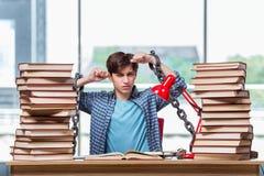 Il giovane che prepara per gli esami di graduazione in istituto universitario Immagini Stock