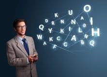 Il giovane che scrive sullo smartphone con 3d alta tecnologia segna la venuta con lettere Fotografia Stock