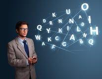 Il giovane che scrive sullo smartphone con 3d alta tecnologia segna la venuta con lettere Fotografie Stock
