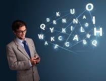 Il giovane che scrive sullo smartphone con 3d alta tecnologia segna la venuta con lettere Immagine Stock Libera da Diritti