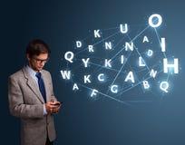 Il giovane che scrive sullo smartphone con 3d alta tecnologia segna la venuta con lettere Immagini Stock Libere da Diritti
