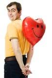 Il giovane che tiene un cuore rosso ha modellato l'aerostato Immagine Stock Libera da Diritti