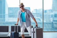 Il giovane che viaggia per la sua vacanza della spiaggia di estate immagine stock