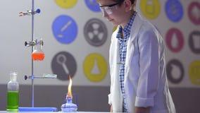 Il giovane chimico lavora in laboratorio video d archivio