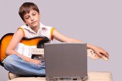 Il giovane chitarrista Fotografia Stock Libera da Diritti