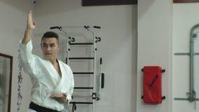 Il giovane con il corpo muscoloso, le arti marziali di formazione Goju-Ryu Karatè-fa archivi video