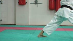 Il giovane con il corpo muscoloso, le arti marziali di formazione Goju-Ryu Karatè-fa stock footage