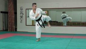 Il giovane con il corpo muscoloso, le arti marziali di formazione Goju-Ryu Karatè-fa movimento lento eccellente video d archivio