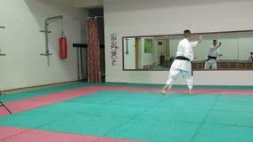 Il giovane con il corpo muscoloso, le arti marziali di formazione Goju-Ryu Karatè-fa movimento lento eccellente stock footage