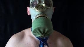 Il giovane con il torso nudo nella maschera raddrizza il suo legame archivi video