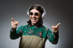 Il giovane con le cuffie nel concetto del DJ Fotografia Stock