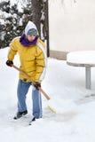 Il giovane con neve spinge fotografia stock