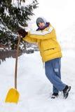 Il giovane con neve spinge fotografia stock libera da diritti