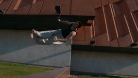 Il giovane con un funzionamento fa un salto mortale attraverso la soglia al giorno di estate video d archivio