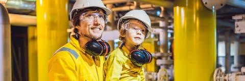 Il giovane di FORMATO LUNGO, dell'INSEGNA e un ragazzino sono entrambi in un'uniforme gialla, nei vetri e nel casco del lavoro in fotografia stock libera da diritti