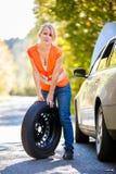 Il giovane driver femminile dopo la sua automobile ha ripartito Fotografia Stock Libera da Diritti