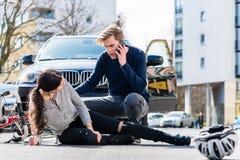 Il giovane driver preoccupato che chiama l'ambulanza dopo avere colpito acciden fotografia stock