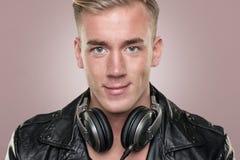Il giovane e DJ sorridente Immagini Stock Libere da Diritti
