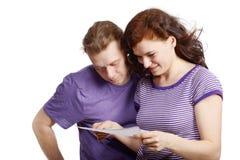 Il giovane e la donna osservano una certa maschera Fotografia Stock