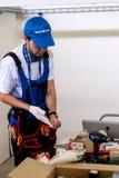 Il giovane elettricista esegue il compito di concorrenza Fotografie Stock Libere da Diritti