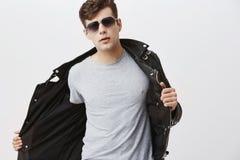 Il giovane europeo attraente bello alla moda con taglio di capelli d'avanguardia si è vestito in bomber nero d'avanguardia, duran Immagini Stock Libere da Diritti