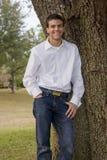 Il giovane fa una pausa l'albero Immagini Stock Libere da Diritti
