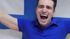 Il giovane finlandese celebra la tenuta della bandiera della Finlandia al rallentatore video d archivio