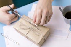 Il giovane firma le lettere ed i pacchetti Il concetto della prestazione di servizi, l'ufficio postale fotografie stock libere da diritti