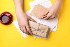 Il giovane firma le lettere ed i pacchetti Il concetto della prestazione di servizi, l'ufficio postale fotografia stock