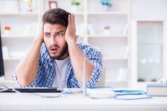 Il giovane frustrato dovuto la ricezione debole di Internet immagine stock